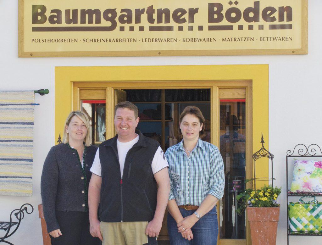 Das Team von Baumgartner Böden in Lenggries vor dem Eingang in das Ladengeschäft am Karl-Pfund-Weg 5